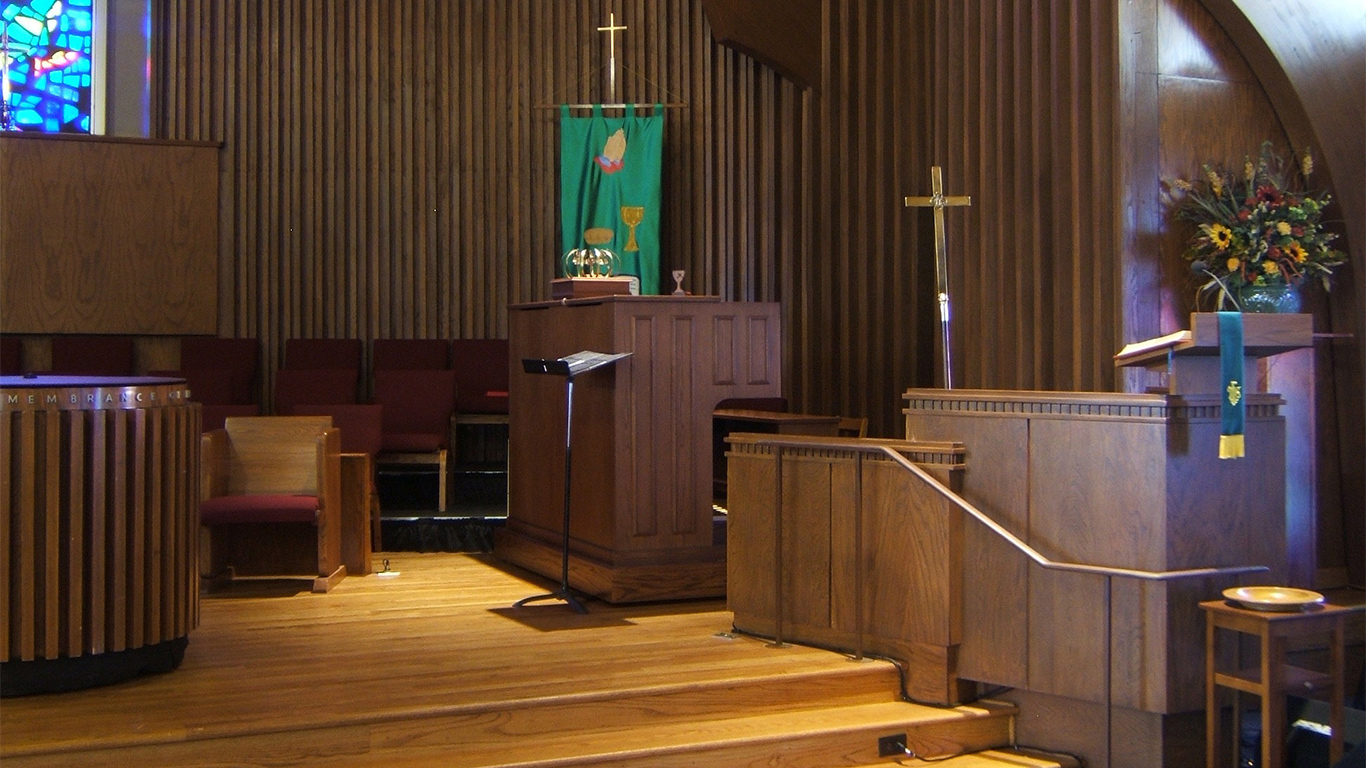 The pulpit and organ at First Christian Church
