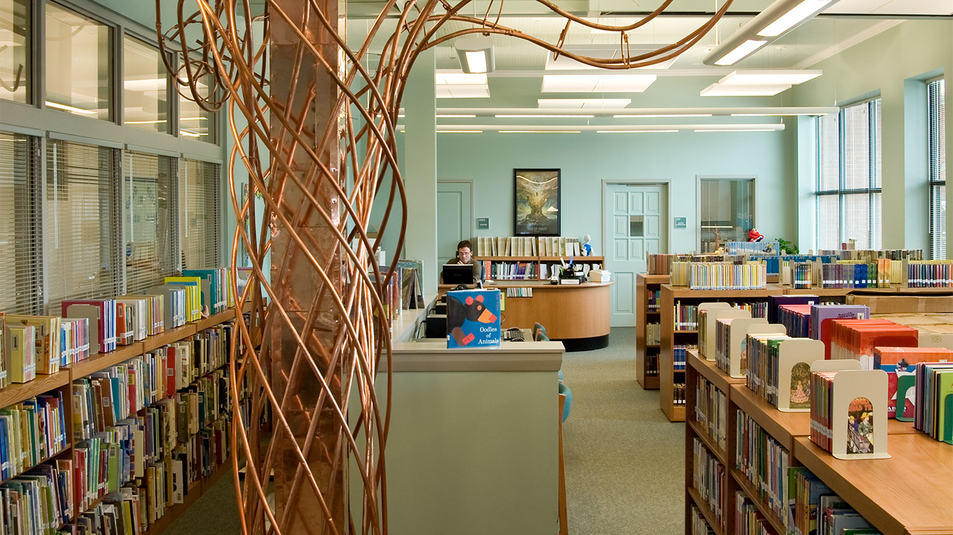 Sculptures and books in the library of Winter Park Elementary